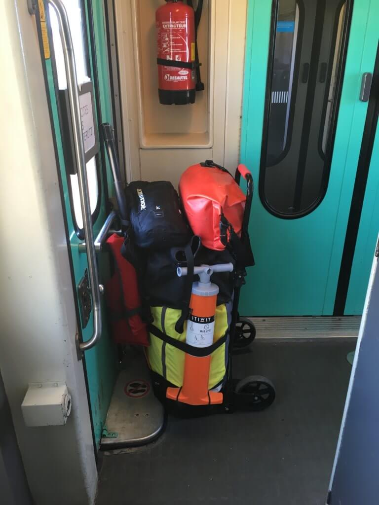 kayak gonflable en train